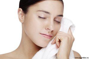 Sử dụng khăn mềm để lau mặt sẽ hạn chế tổn thương đến làn da