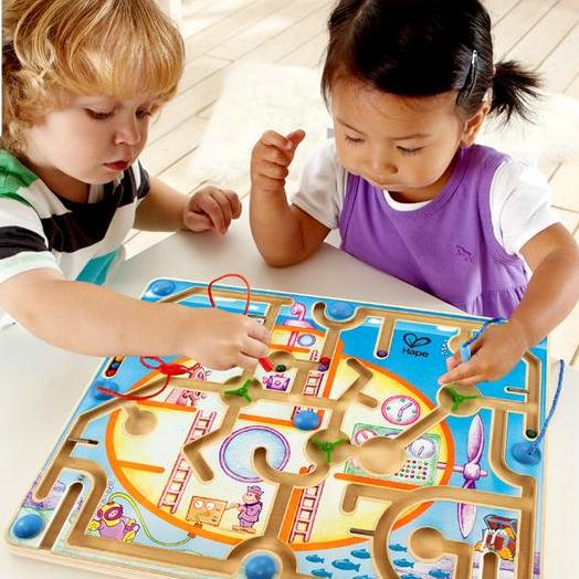 Trẻ phát triển cảm xúc và khả năng giao tiếp thông qua việc chơi đùa cùng đồ chơi giáo dục
