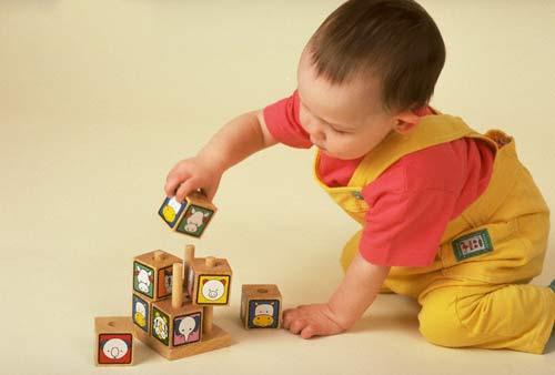 Đồ chơi giáo dục giúp bé biết cách nhận biết màu sắc và hình khối