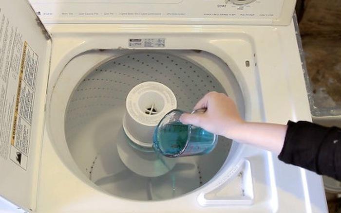 Sử dụng nước súc miệng để vệ sinh máy giặt