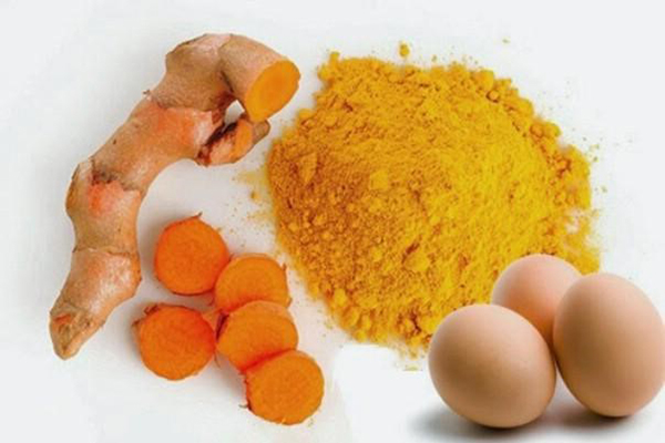Chăm sóc da với mặt nạ tinh bột nghệ và trứng gà