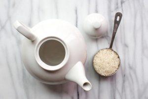 Gạo giúp bạn làm sạch những hũ, ấm có miệng nhỏ hiệu quả