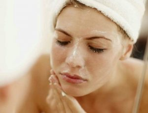 Bạn nên dùng các loại sữa tẩy tế bào chết thật nhẹ nhàng để bảo vệ làn da một cách tuyệt đối.