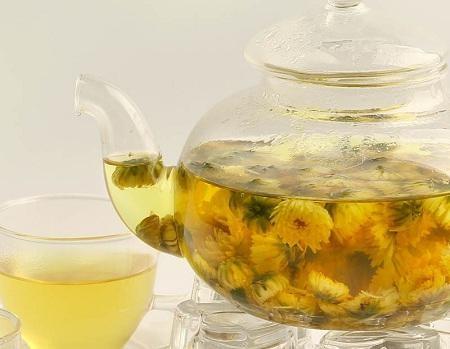 Một bình trà hoa cúc sử dụng mỗi ngày