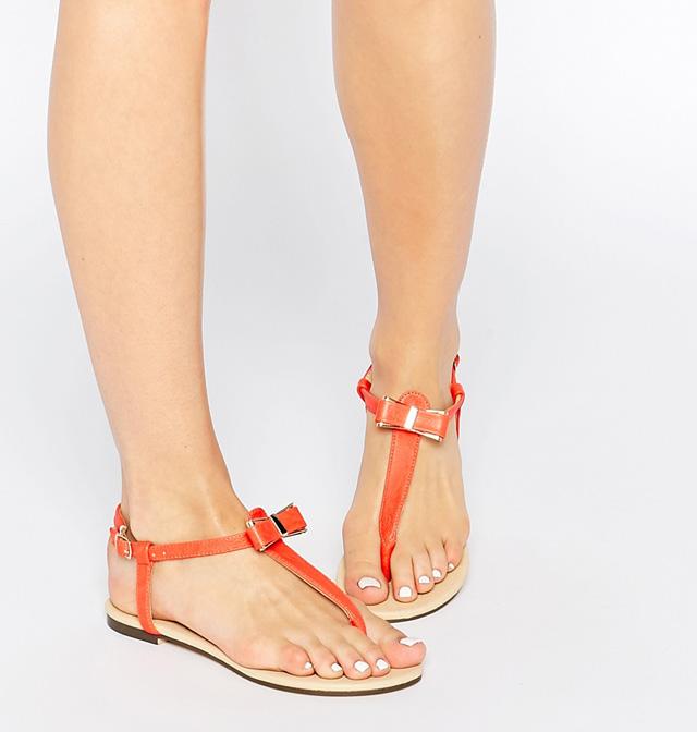 Chọn một đôi sandal vừa vặn với bàn chân