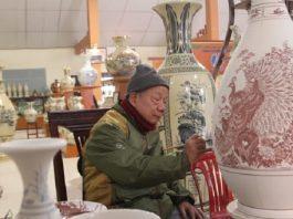 Nghệ nhân gốm sứ Hải Dương vẽ hoa văn trên bình gốm